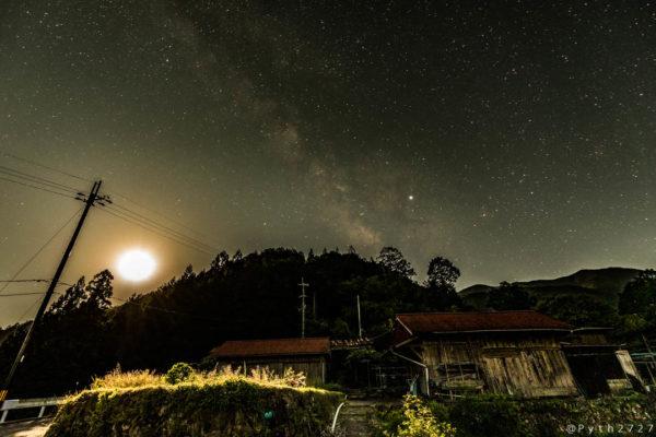 果無集落の星空と天の川と月