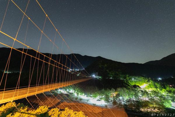 谷瀬の吊り橋と星空