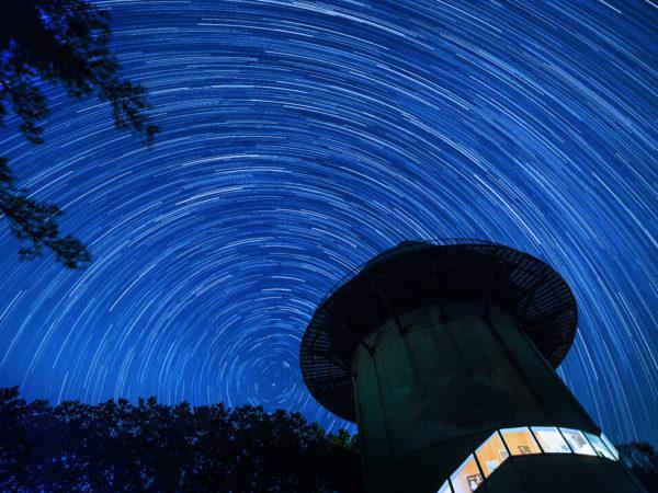星の塔と星空