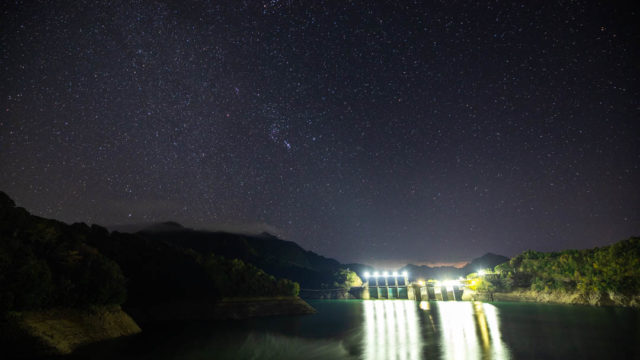 池原ダムから見える星空と天の川を紹介します(奈良県下北山村)【星景写真】