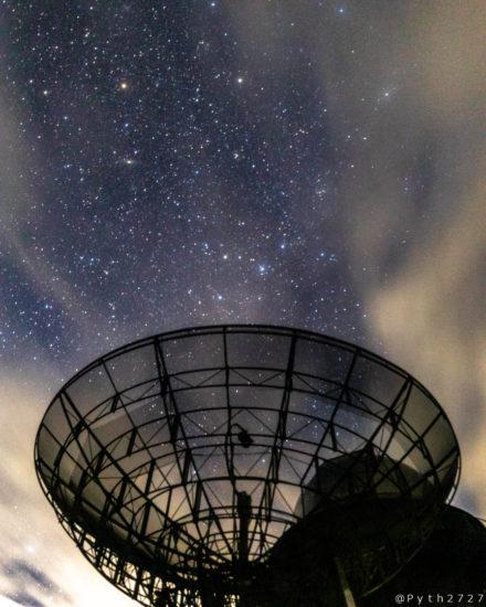 電波望遠鏡と星空