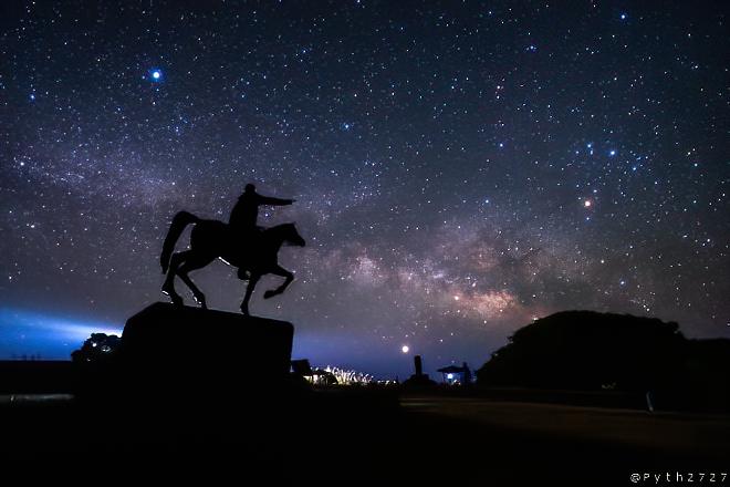 騎馬像 星空
