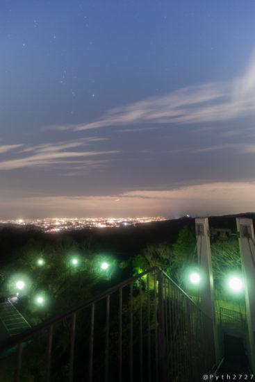 鐘の鳴る展望台の夜景と星空
