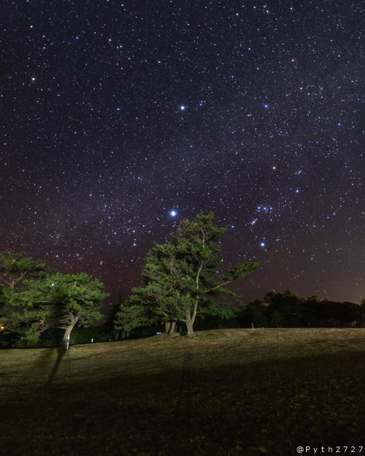 望楼の芝と星空