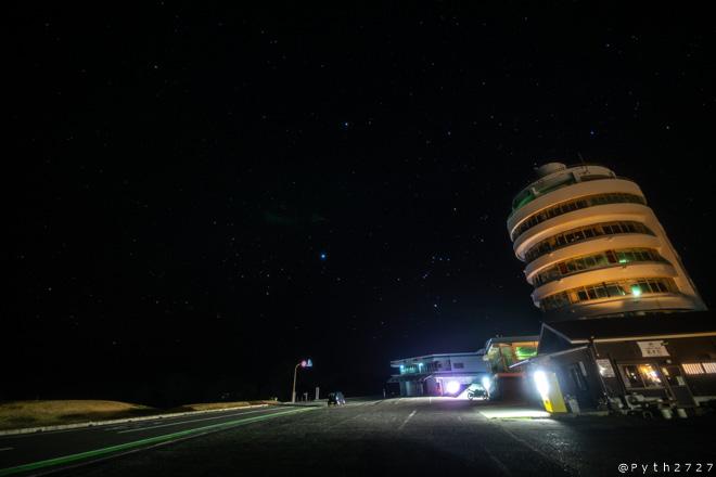 潮岬観光タワーと星空