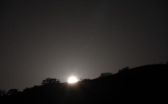 【動画あり】十六夜の月と火星(曽爾高原山灯り)